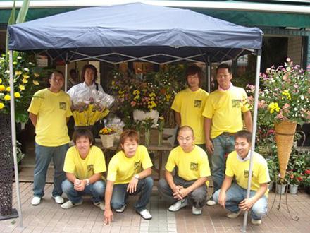 このメンバーで花束を配布しました